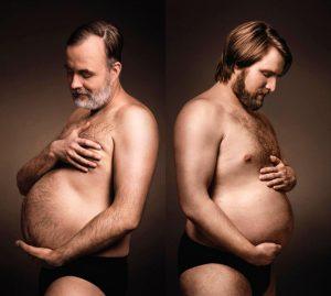 dos hombres admiran su barriga cervecera