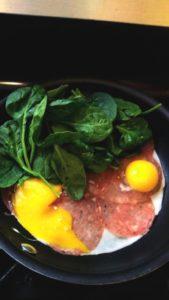 desayuno 3 huevos, queso, salami y espinacas frescas